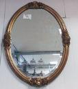 Gammelt fint ovalt spejl lavet i træ med guldfinish.