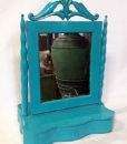 Gammelt fint spejl der kan vippes med skuffe lavet i turkis malet træ.
