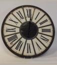 Sort flot ur lavet i metal og træ med indrammede romertal.