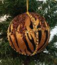 Flot kugle dekoreret med tigerstribet tekstil og guld pyntebånd.