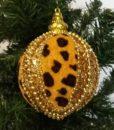 Flot kugle i leopard mønsteret tekstil dekorereret med guld glimmer og guld pyntebånd.