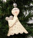 Sød håndlavet engel med sølv hjerte og prikket kjole lavet i gips.
