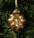 Sød lille blomster ophæng lavet i guld nuanceret glas med perlesnor til ophæng.