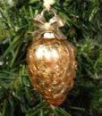 Sødt lille kogle ophæng lavet i guld nuanceret glas med perlesnor til ophæng.