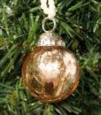 Sød lille kugle glas i guld nuanceret glas med perlesnor til ophæng.