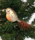 Flot brun fugl med clips dekoreret med fjer og glimmer.