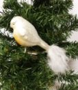 Flot hvid fugl med clips dekoreret med fjer og glimmer.
