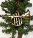 Flot ophæng af en sølvfarvet trompet.
