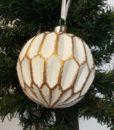 Flot hvid kugle dekoreret med guld mønster.