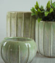 Mett-mari-dekoration-potte-vase-blomster-rillet-groen-hvid-samlet