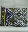 Mett-mari-dekoration-tekstil-pude-cozy-bloed-gul-sort-blaa-aflang-370x436