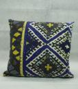 Mett-mari-dekoration-tekstil-pude-cozy-bloed-gul-sort-blaa-kvardrat-370x436