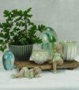 Mett-mari-inspiration-dekoration-potter-groen-graa-gobler-badenymfer-bikini-badedragt-dame-sommer-strand-370×436