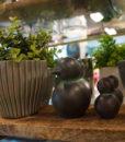 Mett-mari-pingvin-pingo-graa-riflet-vase-urtepotte-flowerpot-sort-penguin-dekoration-370×436