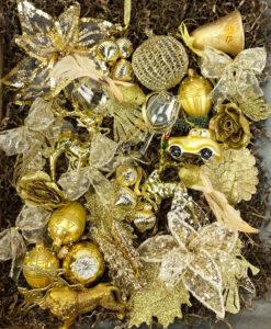 Pakke fyldt med julepynt i mange skulle guld toner