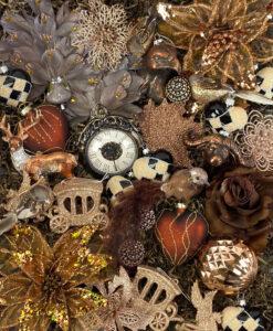 Julepynts pakke fyldt med smukt kobberfarvede pynt
