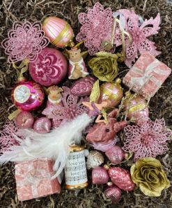 Pink julepakke fyldt med pink lækkerier til juletræet