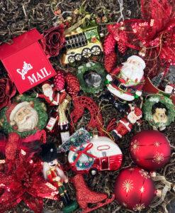 Pakke med klassisk julepynt i røde, hvide, guld og grønne farver
