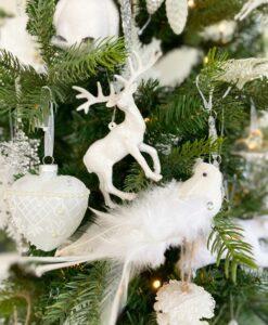 Julepynt pakke i hvid med julepynt fra kugler til istapper og isbjørne til fugle. alt det du mangler til at lave et antarktisk juletema i lækre hvide nuancer med sølv detaljer.