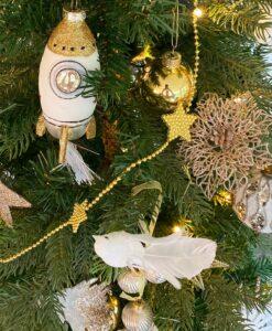 Her ser du en julepyntspakke med guldfarvet julepynt i mange variationer fra kugler til ophæng til kæder og blomsterclips.