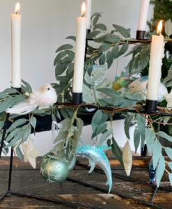 Blåt julepynt fyldt med søheste, blå marlin, delfiner og gobler.
