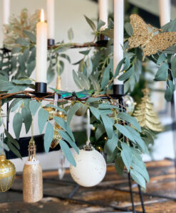 et closeup af vores julepakke med vores julepynt i grønne og guld samt hvide farver. ophæng, fugle, kugler of flasker.