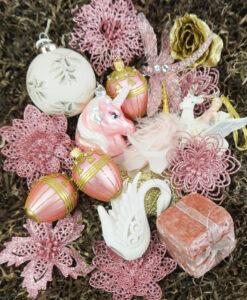 yndig jule pyntepakke med julepynt i løserøde nuancer fra julekugler til blomster og figur ophæng til enhjørninger.