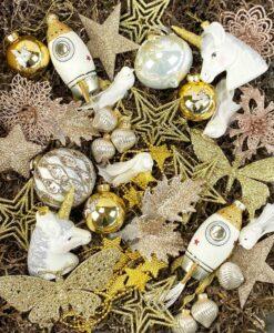Her ser du en julepyntspakke med guldfarvet julepynt i mange variationer fra kugler til ophæng til kæder og blomsterclips